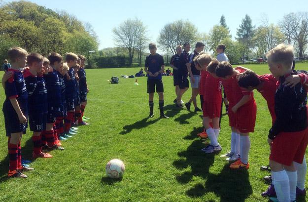 Beide Teams freuen sich auf einen munteren Kick bei sommerlichen Temperaturen.