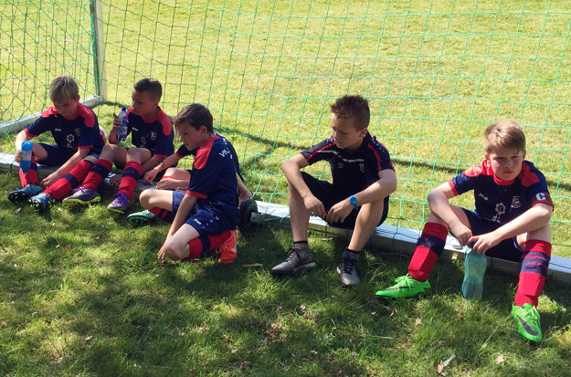Heiß begehrt waren in der Pause die wenigen zumindest teilweise schattigen Plätze, auf denen unsere Jungs wieder zu Kräften kamen.