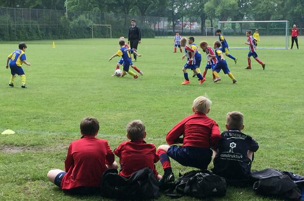 Theorieteil schon vor dem Spiel: Gespannt beobachten unsere Jungs den Auftritt unserer eigenen F2, die heute auch zu Gast bei Atlas Delmenhorst war.