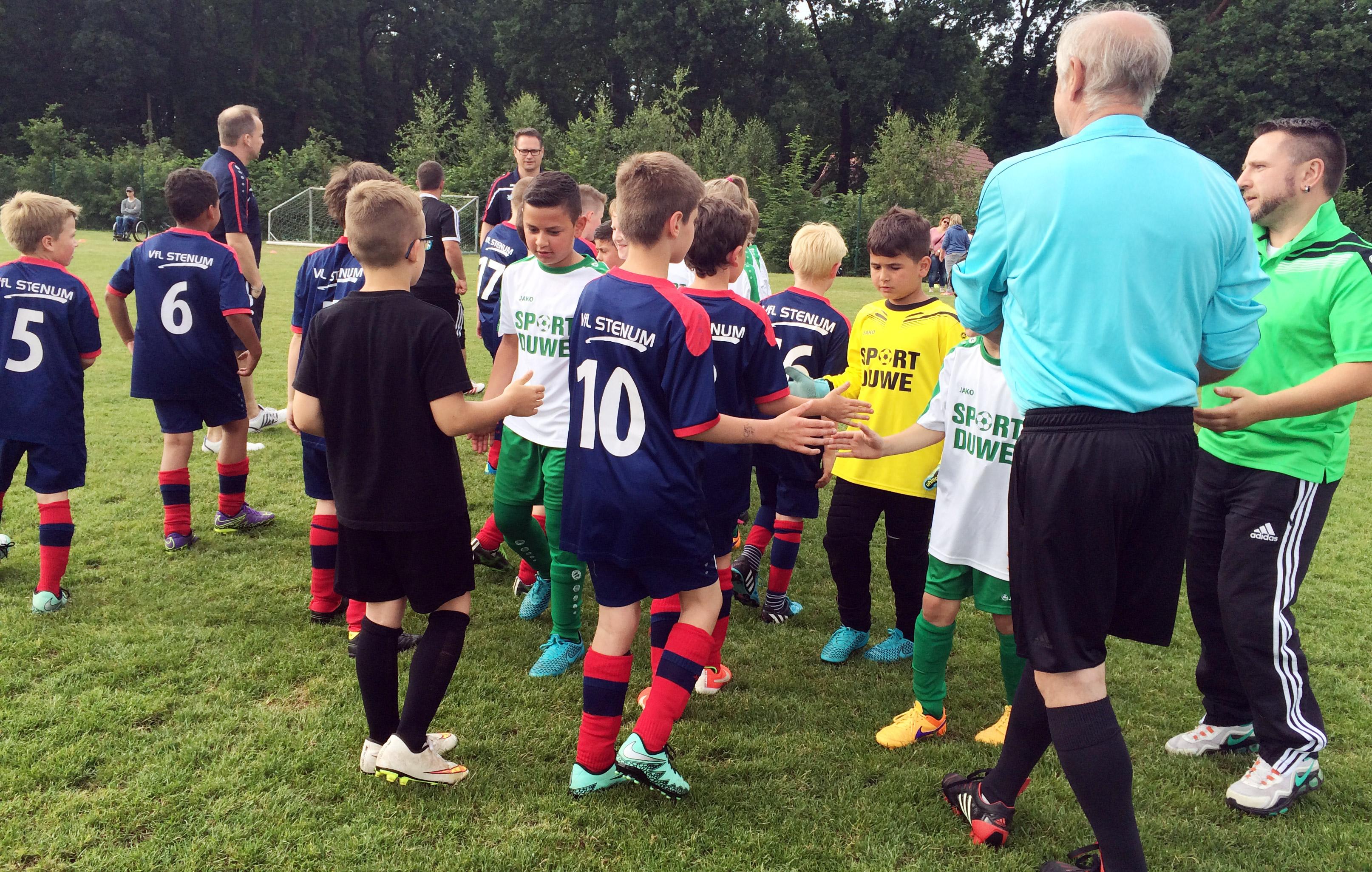 Wie es sich gehört ein fairer Handschlag und Glückwunsch an die Delmenhorster Jungs zum ersten Platz.