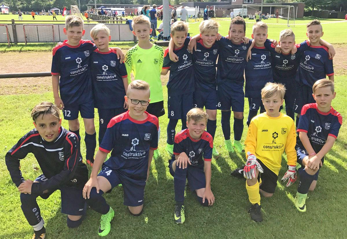 Alle 14 Jungs freuen sich auf einen spannenden Turniertag bei allerbestem Fußballwetter.