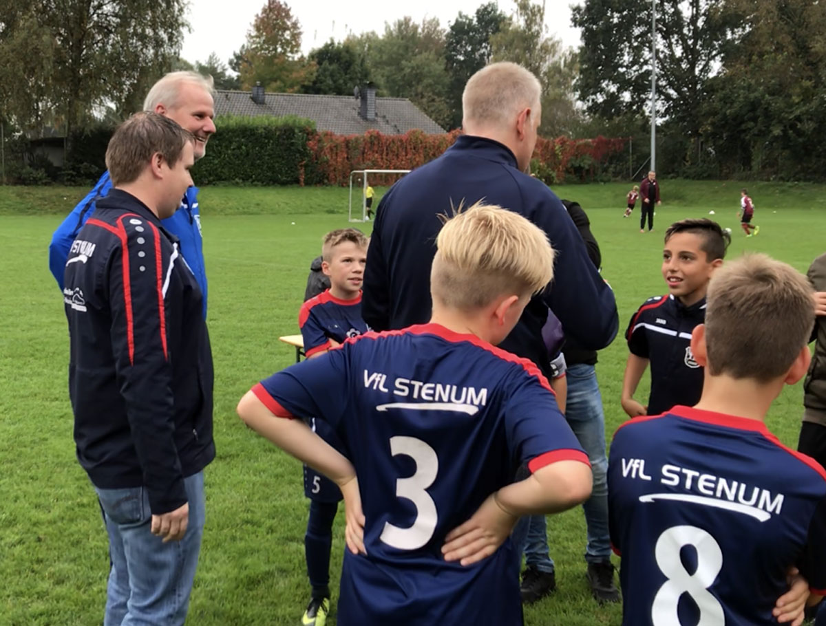 Eine besondere Ehre kam Tuna schon vor der Partie zuteil, denn er wurde vom Talentteam des SV Werder Bremen zum Sichtungstraining eingeladen, wie ihm die versammelte Trainerschaft hier mitteilt. Dass er die Einladung verdient hat, zeigte er prompt mit einem guten Spiel und zwei Toren.