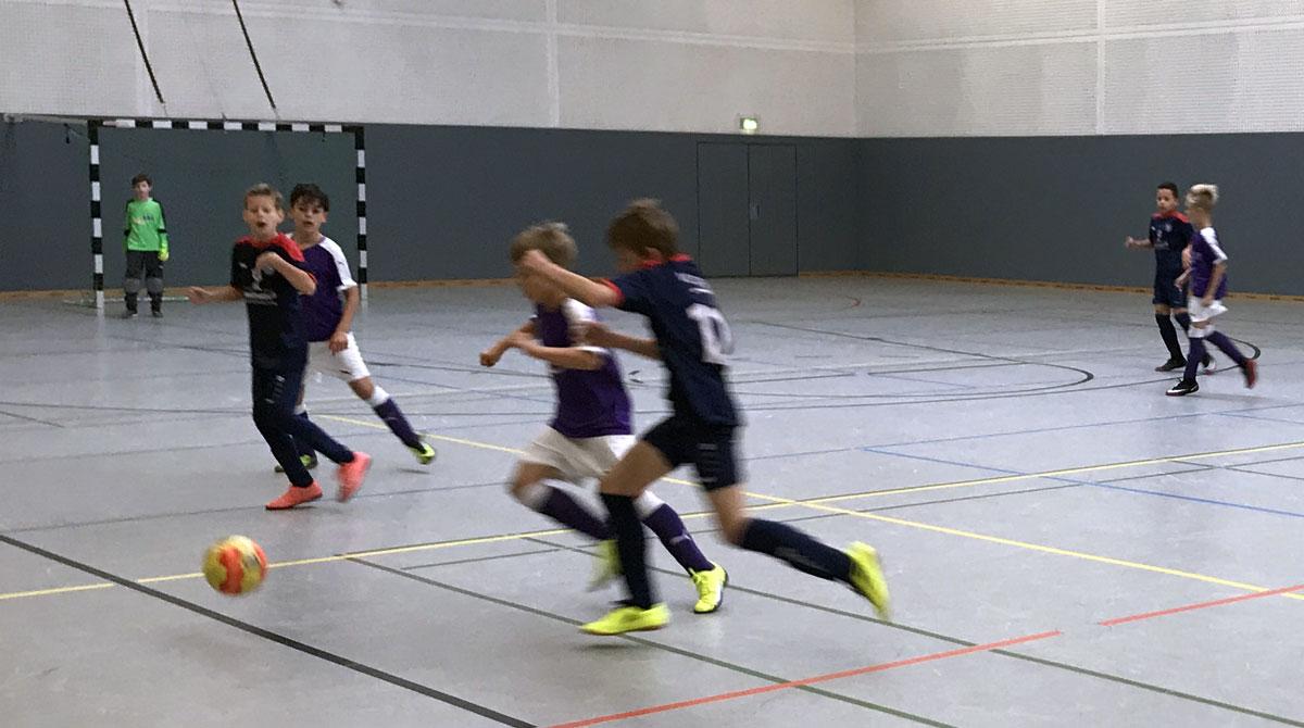 Von Null auf Hundert: Gleich im ersten Spiel der Hallenrunde trafen wir mit dem TV Jahn Delmenhorst auf eine der Top-Mannschaften des Wettbewerbs und lieferten uns direkt ein packendes Duell.