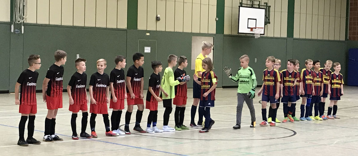 Erst gemeinsamer Einmarsch, dann Shakehands vor dem kleinen Finale gegen den FC Zetel.
