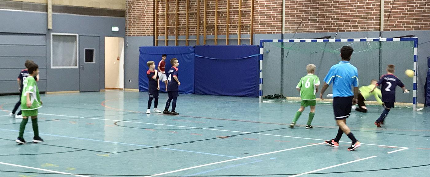Gegen Ende der Partie musste Dennis in höchster Not noch einmal eingreifen und konnte hier den Freistoß des VfL Oldenburg gerade noch an den Pfosten lenken. Wenig später erzielten wir die endgültige Entscheidung und zogen ins Turnierfinale ein.