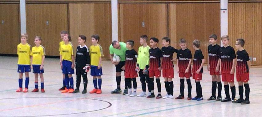 Das Finale des Turniers wird in wenigen Sekunden angepfiffen. und die Teams aus Weener und Stenum machen sich bereit.