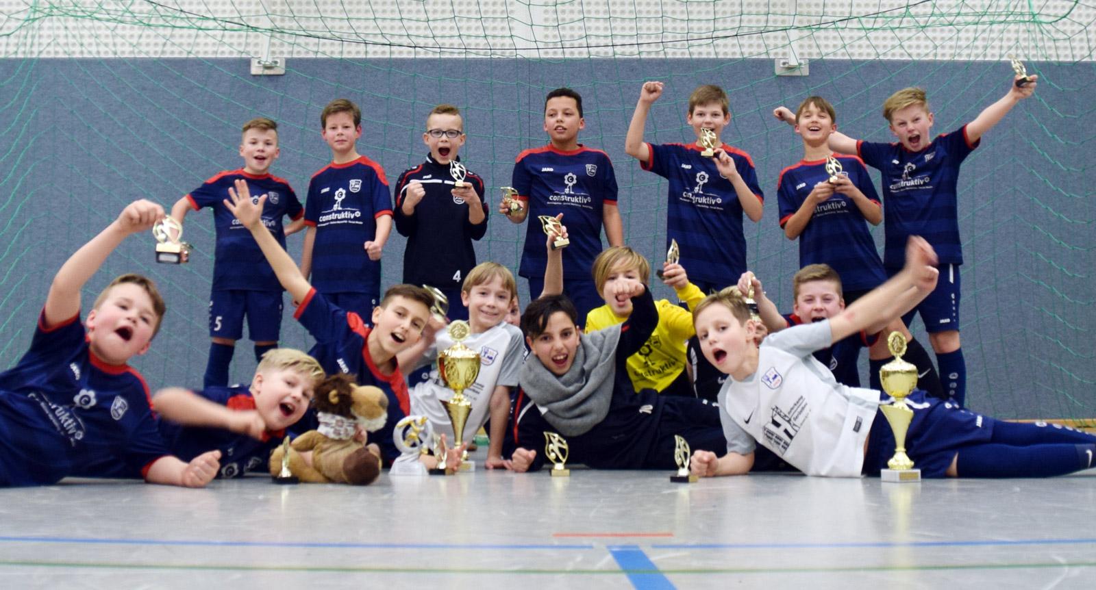 Die beiden Teams des Gastgebers VfL Stenum freuen sich über ihr tolles Abschneiden und die Plätze 1 und 3 in der Goldrunde.