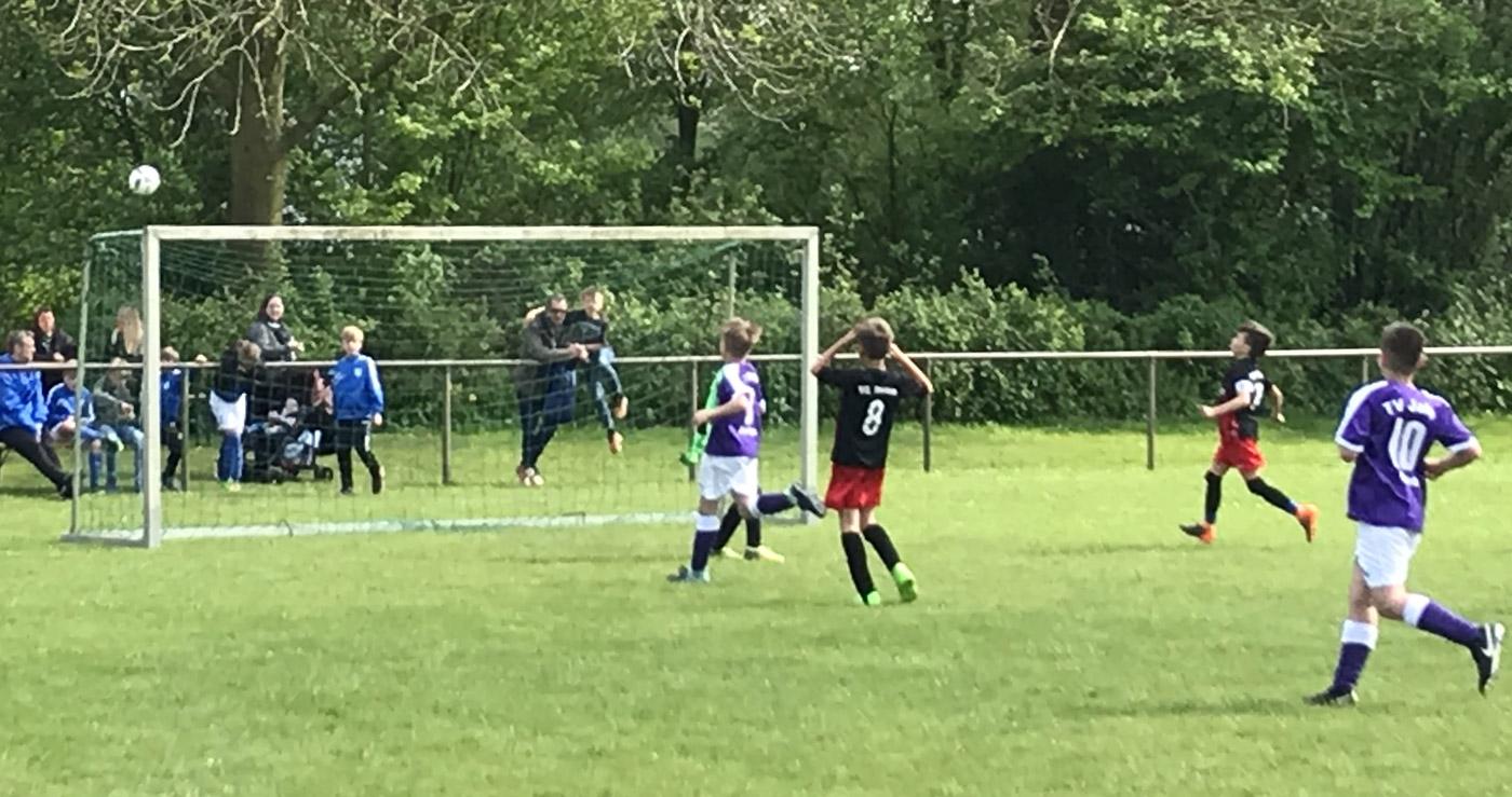 Hier scheitert Batu noch knapp und schießt den Ball im Finale gegen den TV Jahn Delmenhorst knapp über das Tor...