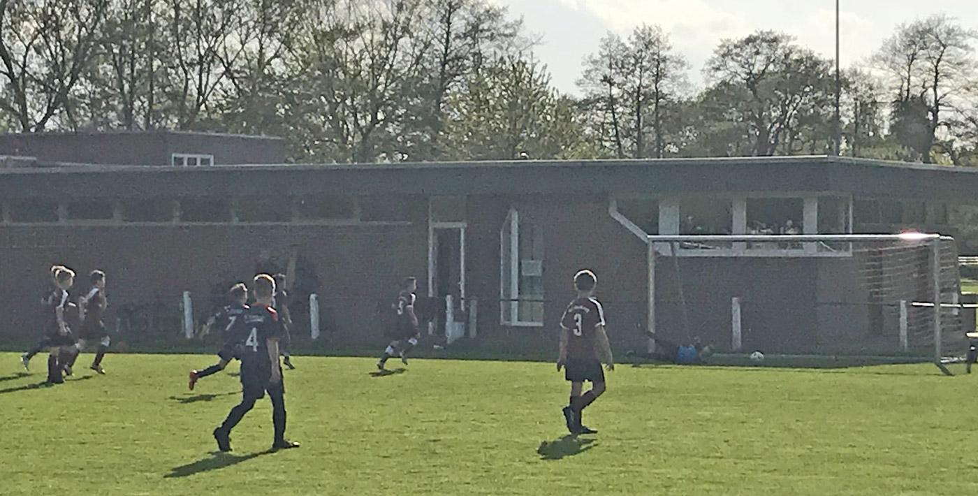 In dieser Situation geht der Ball zwar knapp am Tor des TuS Heidkrug vorbei, weder der Gegner noch die tief stehende Sonne konnten ansonsten aber insgesamt sieben Treffer im ersten Durchgang verhindern.