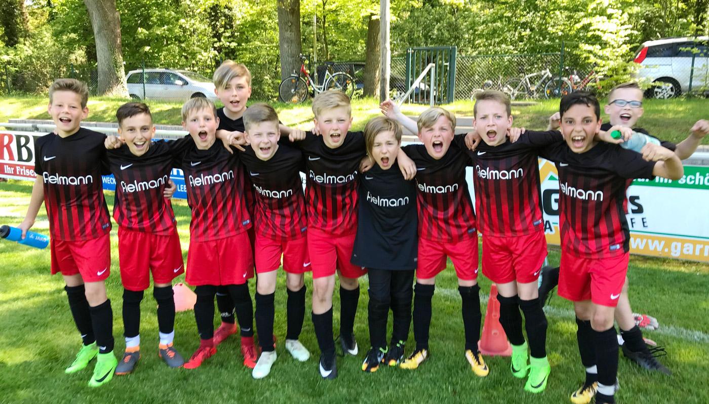 Große Freude über einen kraftraubend erarbeiteten Derbysieg, den sich die Jungs mit einer tollen Mannschaftsleistung verdient haben. Herzlichen Glückwunsch!