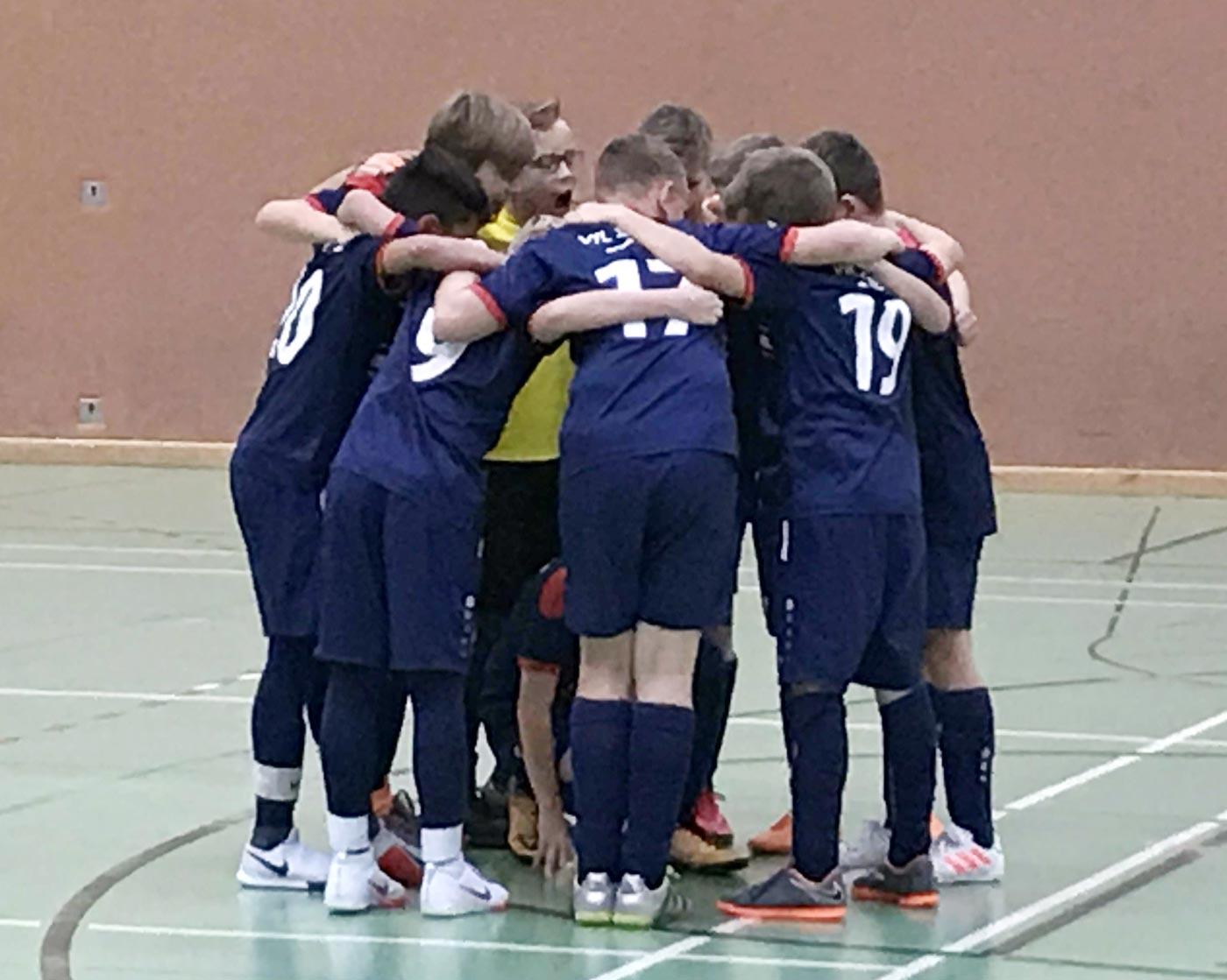 In ungewohnter Konstellation fanden wir uns heute zum Start in die U12 Hallenrunde wieder. Während die Jungs auf dem Feld in getrennten Teams spielen, treten wir in der Futsalrunde jahrgangsgetreu mit einer reinen 2007er Truppe an, an die die Erwartungen nach dem U11-Titelgewinn im Vorjahr natürlich hoch sind.