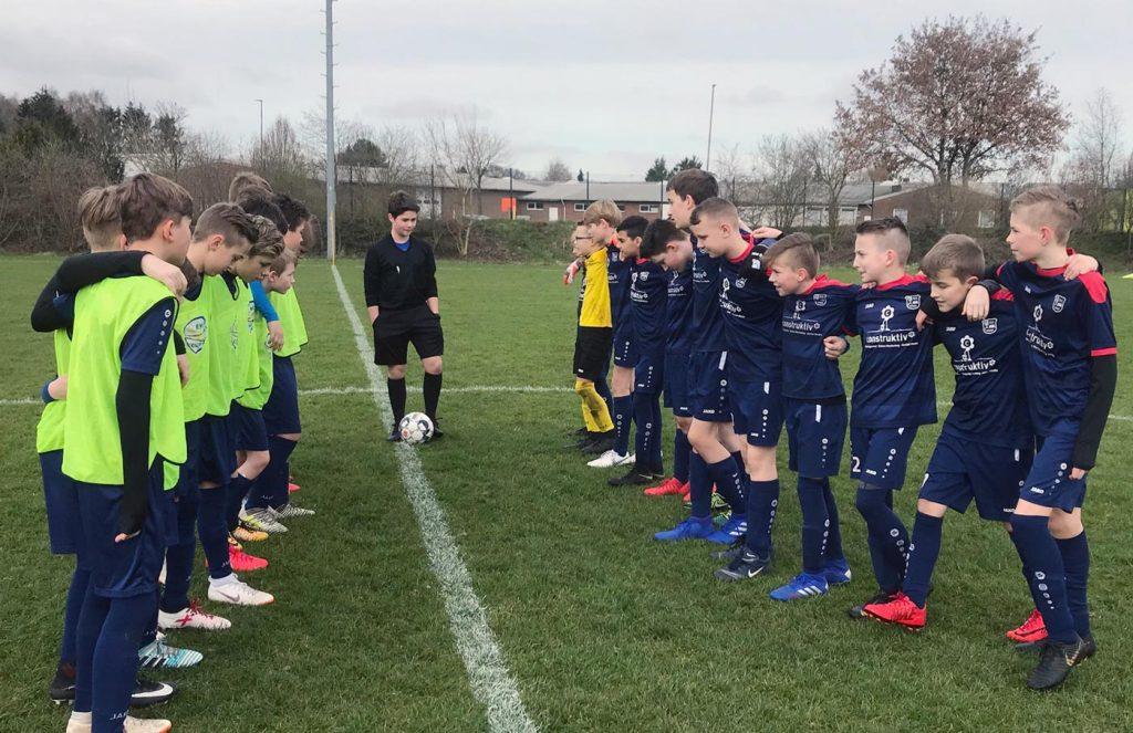 Nach fünf Monaten in der Halle ging es zum Auftakt in die Feldrunde zur ersten Mannschaft des TSV Ganderkesee. Auch wenn wir als krasser Außenseiter ins Spiel gingen, freuten wir uns auf die Partie.